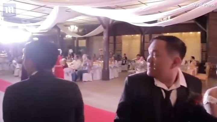 Έτρεχαν πανικόβλητοι: Ο φονικός τυφώνας Μανγκούτ καταστρέφει γάμο στις Φιλιππίνες!
