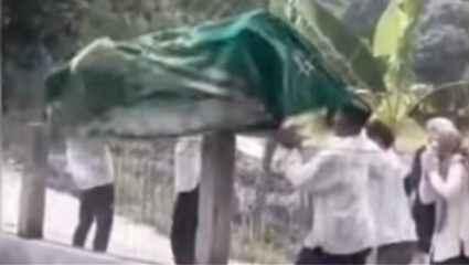 Bίντεο: Ο αέρας… χάλασε την κηδεία και έστειλε το φέρετρο στο νερό!