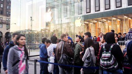 Τρέλα: Μια θέση στην ουρά για το νέο iPhone πωλείται προς 3.185 ευρώ!