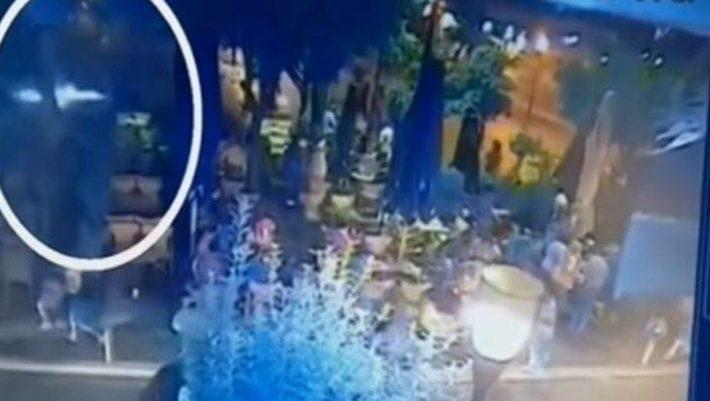 Η στιγμή που η φωτοβολίδα χτυπάει τη 19χρονη στο Αγρίνιο - BINTEO