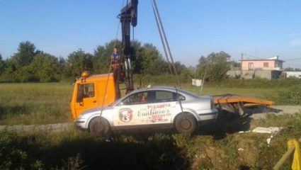Ταξί έπεσε σε ρέμα, από του «Χάρου τα δόντια» γλίτωσαν οι επιβάτες