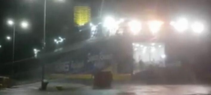 Πλοίο προσπαθεί να «κρατηθεί» στο λιμάνι της Ραφήνας! (BINTEO)