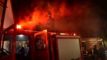 Πυρκαγιά στα Δικαστικά Μαραθώνα κοντά σε κατοικημένη περιοχή