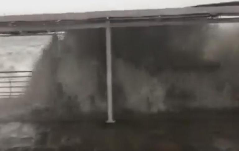 Ασύλληπτο βίντεο: Κύματα «καταπίνουν» ανθρώπους στην Καλαμάτα