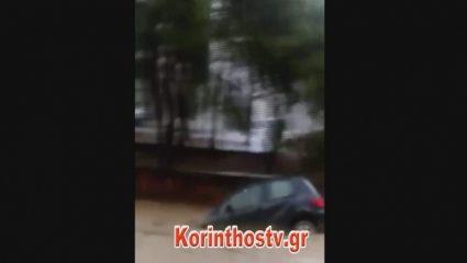 «Θεέ μου θα πνιγούμε!» – Xείμαρρος παρασύρει αυτοκίνητο στην Κορινθία – ΒΙΝΤΕΟ