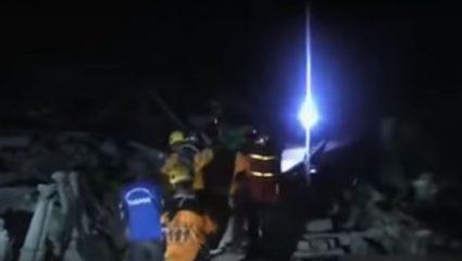 Ανάσα μέσα στα συντρίμμια: γυναίκα ανασύρεται ζωντανή από τα ερείπια στην Ινδονησία – ΒΙΝΤΕΟ