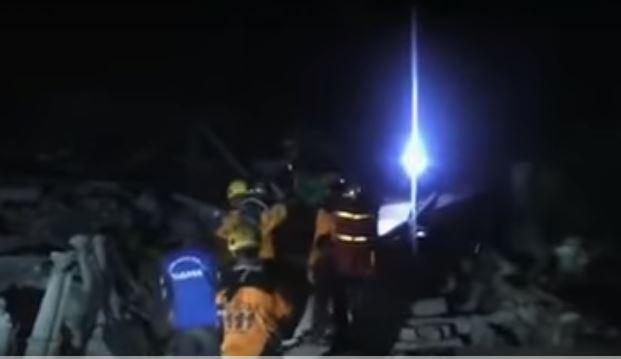 Ανάσα μέσα στα συντρίμμια: γυναίκα ανασύρεται ζωντανή από τα ερείπια στην Ινδονησία - ΒΙΝΤΕΟ