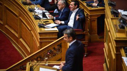 Moναδικό στιγμιότυπο στη Βουλή – Τι έκανε ο Μητσοτάτης που εξέπληξε τον Τσίπρα – ΦΩΤΟ