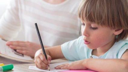 Πώς θα μάθει το παιδί να διαβάζει μόνο του; Τα 8 βήματα που θα το βοηθήσουν
