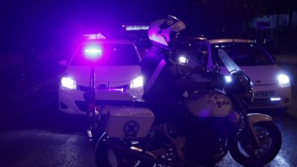 Μπούκαραν με αυτοκίνητο σε κοσμηματοπωλείο στο Φάληρο – Άγρια καταδίωξη