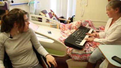Ραγίζουν καρδιές: μητέρα παίζει Evanescence στο πιάνο και ξυπνά από το κώμα την 14χρονη κόρη της (ΒΙΝΤΕΟ)