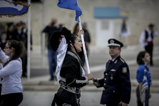 Επεισόδιο στη μαθητική παρέλαση της Αθήνας - Εισβολή με σημαίες και συνθήματα