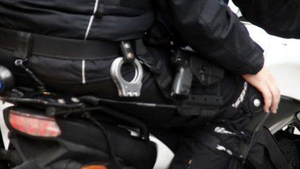 Ζητούν παρέμβαση εισαγγελέα οι ειδικοί φρουροι: «Απαράδεκτο να φιλιέται αστυνομικός κάτω από την ελληνική σημαία»