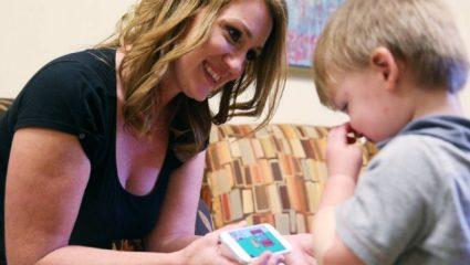 Προβλήματα ψυχικής υγείας από τα «έξυπνα» κινητά σε 2χρονα παιδιά