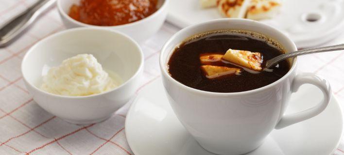 To Kaffeost είναι μια πολύ περίεργη συνήθεια: Οι Σκανδιναβοί βάζουν στον καφέ τους... τυρί
