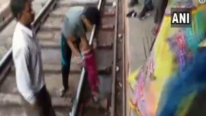 Σοκαριστικό βίντεο: Τρένο περνάει πάνω από μωρό
