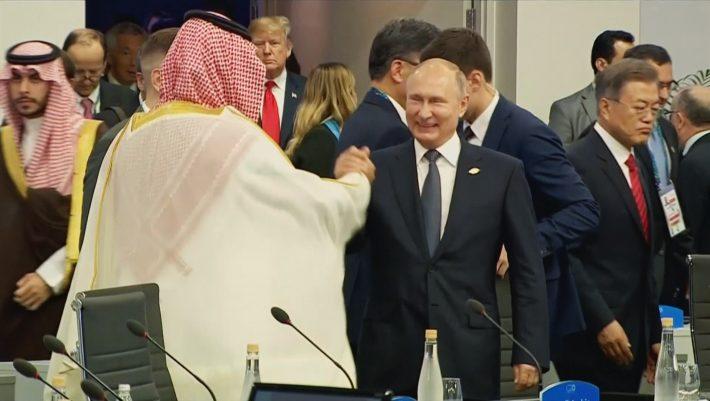 Αντιδράσεις για την εγκάρδια χειραψία του Πούτιν με τον Σαουδάραβα πρίγκιπα - ΒΙΝΤΕΟ