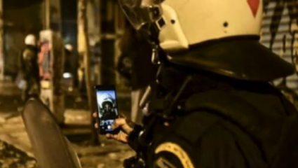 Δεν έχει προηγούμενο: Τα Εξάρχεια «καίγονταν» και ο αστυνομικός έβγαζε selfie (ΦΩΤΟ)