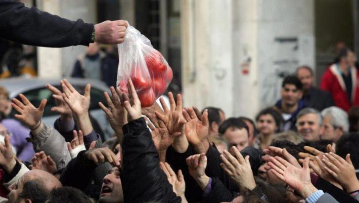 Bloomberg: Η οικονομία αναπτύσσεται, αλλά η φτώχεια στην Ελλάδα παραμένει