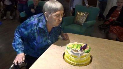 Γυναίκα 104 ετών υποστηρίζει ότι το μυστικό της μακροζωίας είναι τα… αναψυκτικά