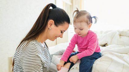 Πώς θα μάθετε το παιδί σας να ντύνεται μόνο του ανά ηλικία