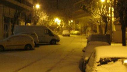 Hρωικός ντελιβεράς βγήκε μέσα στον χιονιά στην Κοζάνη για να παραδώσει παραγγελία (ΒΙΝΤΕΟ)