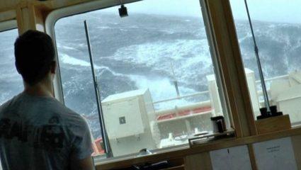 Βίντεο που προκαλεί ανατριχίλα: Έλληνες ναυτικοί παλεύουν με τα μανιασμένα κύματα