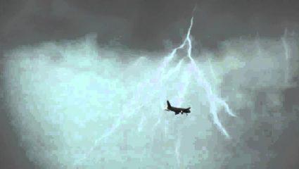 Η απίστευτη αντίδραση πιλότου όταν το αεροσκάφος του χτυπήθηκε από κεραυνό – ΒΙΝΤΕΟ