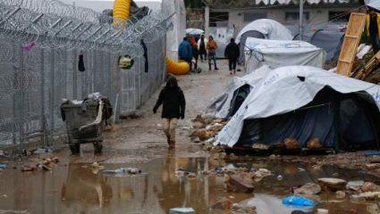 Handelsblatt: Στην κόλαση της Μόριας – Παιδιά παίζουν μέσα στα σκουπίδια, συμμορίες σκορπούν τον φόβο