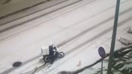 Viral: Ντελιβεράδας προσπαθεί να κάνει παράδοση στα χιόνια