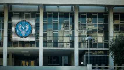 Ανακρίνονται 8 προσαχθέντες για την επίθεση με μπογιές στο κτίριο της πρεσβείας των ΗΠΑ