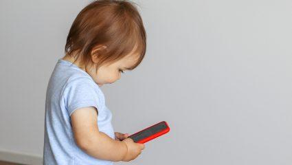 Παιδιά και ηλεκτρονικές συσκευές: Τι λάθος κάνουν οι γονείς