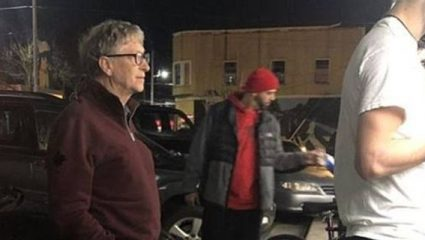 Viral: Ο Μπιλ Γκέιτς περιμένει στην ουρά σε καντίνα για να παραγγείλει μπέργκερ (ΦΩΤΟ)