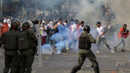 Στα πρόθυρα εμφυλίου η Βενεζουέλα: Οι ΗΠΑ αναγνώρισαν τον ηγέτη της αντιπολίτευσης ως πρόεδρο