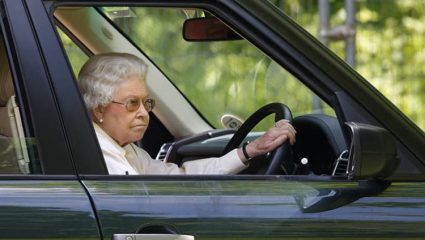 Γιατί η Βασίλισσα Ελισάβετ οδηγεί χωρίς δίπλωμα στα 92 της χρόνια;