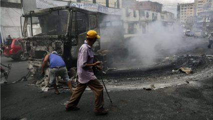Πεδίο μάχης η Βενεζουέλα: 26 νεκροί από τα βίαια επεισόδια!