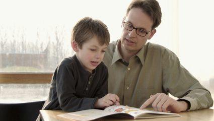 Γιατί δεν πρέπει να διαβάζετε τα παιδιά σας