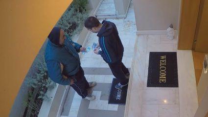 Έλληνες youtubers τίμησαν τους ντελιβεράδες με 1.000 ευρώ φιλοδώρημα: «Μας φροντίζετε περισσότερο και από τις μαμάδες μας!» (ΒΙΝΤΕΟ)