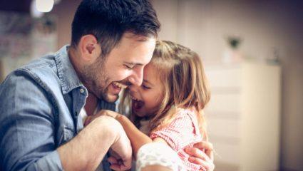 Το πανέξυπνο ψυχολογικό τρικ που χρησιμοποιεί ένας πατέρας για να σταματήσει το παιδί του να κλαίει