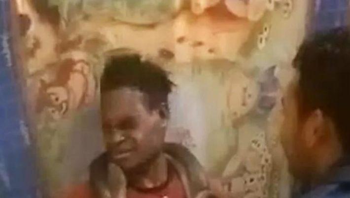 Αστυνομικοί ανακρίνουν κρατούμενο τυλίγοντας ένα φίδι γύρω από τον λαιμό του! (ΒΙΝΤΕΟ)
