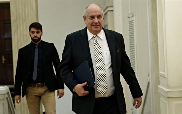 Επεισοδιακή η ορκωμοσία του Τέρενς Κουίκ στη Βουλή: «Γονάτιζες για τη Μακεδονία - Να παραδώσεις την έδρα ρε»