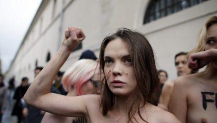 Γυμνόστηθες FEMEN διαδήλωσαν κατά των αλλαγών του νομοθετικού πλαισίου για τους βιασμούς στη Γαλλία (ΒΙΝΤΕΟ)