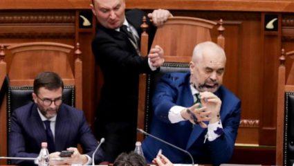 Ο Ράμα άρχισε τον καβγά στην αλβανική Βουλή – Κορόιδευε τον αντίπαλό του, πριν «φάει» την μπογιά στα μούτρα (ΒΙΝΤΕΟ)