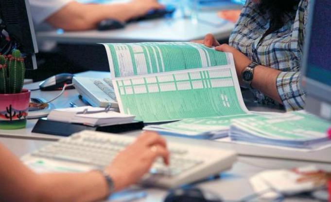 Η μισή Ελλάδα χρωστάει στην εφορία - Ένας στους δύο δε μπορεί να πληρώσει ούτε 500 ευρώ χρέος