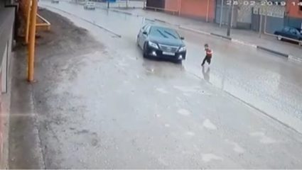 Viral: Ο ελιγμός του οδηγού γλίτωσε ανήλικο από θαύμα – BINTEO