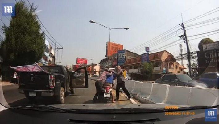 Το ξύλο της χρονιάς στη μέση του δρόμου - Οδηγός μηχανής σπάει το τζάμι αυτοκινήτου και ακολουθεί το χάος - ΒΙΝΤΕΟ