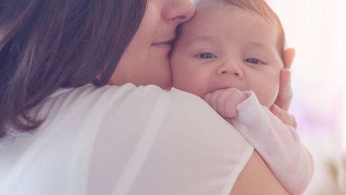 Έρευνα απαντά σε μια... διαμάχη που κρατά χρόνια: Θα κακομάθω το μωρό μου με την αγκαλιά;