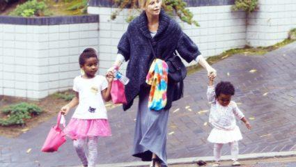 Σαρλίζ Θερόν: «Ντύνω με φορέματα τον γιο μου επειδή τελικά είναι κορίτσι»