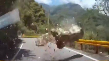 Μία ανάσα από το μοιραίο – Βράχος πέφτει μπροστά από αυτοκίνητο