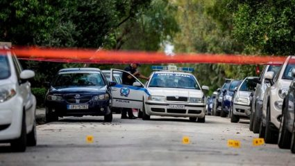 Έγκλημα στο Φάληρο: Έπιασε την αδελφή του από τα μαλλιά και την μαχαίρωνε μες στο δρόμο